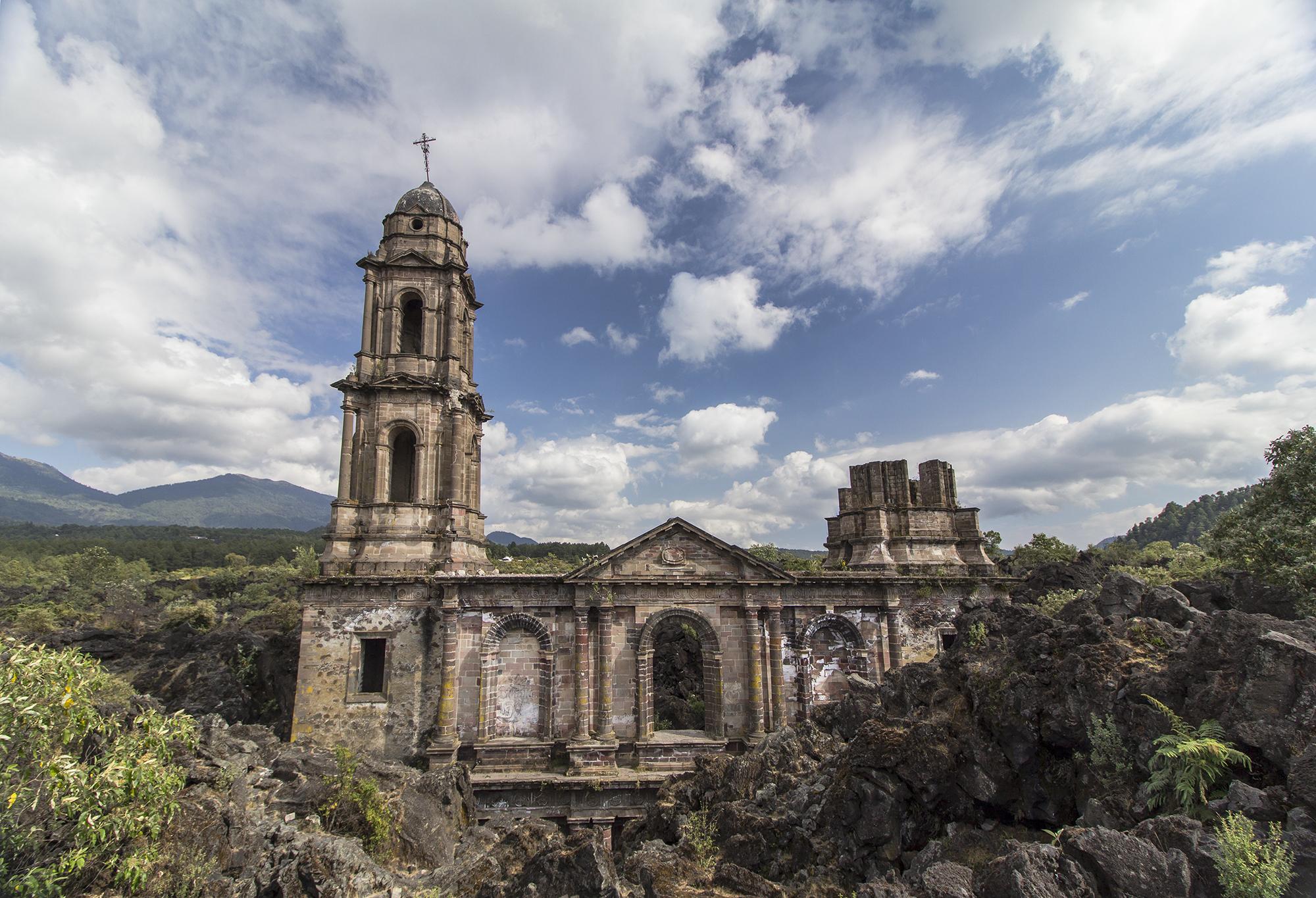 San Juan Parangaricutiro es uno de los pueblos aterradores de México que debes conocer.