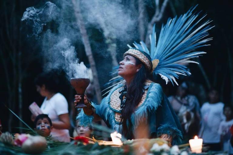 Mujer maya caminata a Ixchel